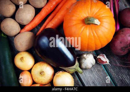 Gemüse auf alten hölzernen Hintergrund - Stockfoto