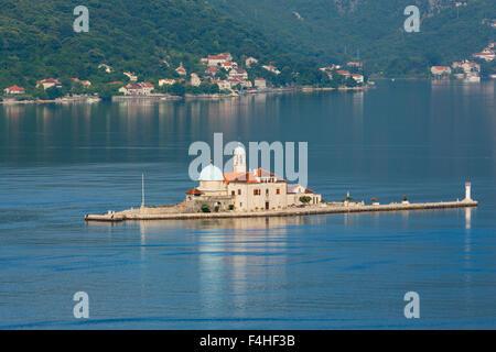 Perast, Montenegro.  Bucht von Kotor. Die künstliche Insel der Madonna des Felsens. - Stockfoto