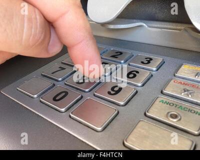 Man Finger drücken Passwort Anzahl an Geldautomaten - Stockfoto