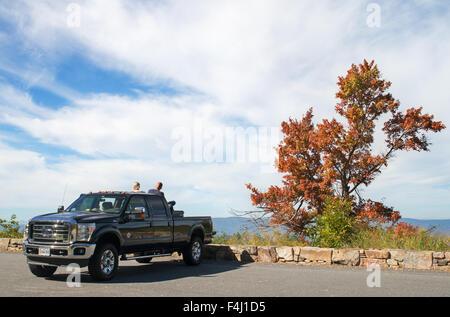 Ein paar bewundern das Shenandoah-Tal aus ihre Pickup entlang der Skyline Drive, Shenandoah-Nationalpark, Virginia, - Stockfoto
