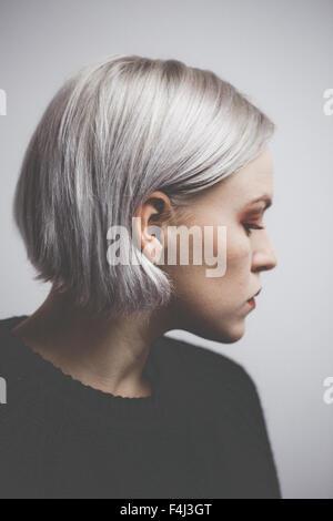 Zeitgenössische Hipster Mädchen mit Silber graues Haar - Stockfoto