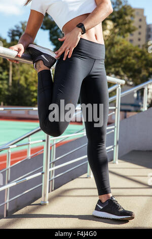 Closeup Portrait einer Frau, die Beine im Freien auf das Stadion Stockfoto