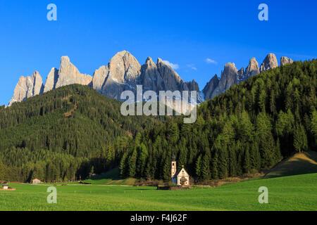 Die Kirche von Ranui und der Geisler-Gruppe im Hintergrund, St. Magdalena, Villnösser Tal, Dolomiten, Südtirol, - Stockfoto