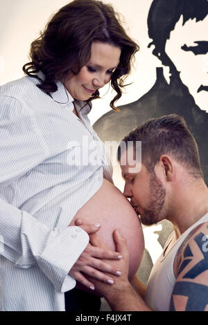 Mann küssen Bauch der schwangeren Frau - Stockfoto