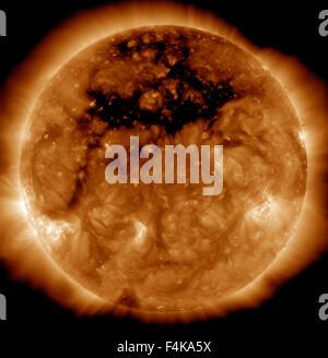 Ein koronalen Loch, dem dunklen Bereich am oberen Rand der Sonne, wo eine Region am Magnetfeld der Sonne zur interplanetaren - Stockfoto