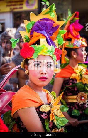 Schöne junge balinesische Frau in traditioneller Kleidung - Stockfoto