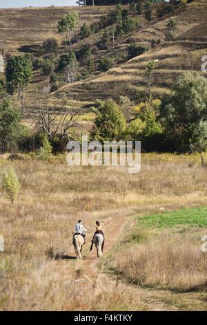 Junges Paar in Liebe Reiten - Stockfoto