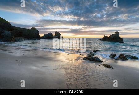 Dramatischen Sonnenuntergang am Porthcothan auf der Nordküste von Cornwall - Stockfoto