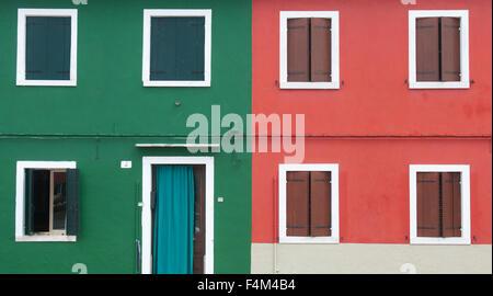 Rote und grüne Fassade in Venetien, Insel Burano. Bunt und typische Häuser Wand mit einem Fenster und Türen - Stockfoto
