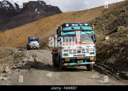 Indien, Jammu & Kashmir, Ladakh, Indien Öltanker auf unebenen Straße bis Nakeel La pass auf Manali-Leh highway - Stockfoto