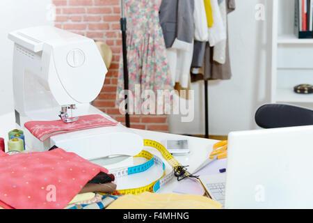 Workshop-Stoff, Nähmaschine, Bügeleisen, Muster der Kleidung Nähen ...