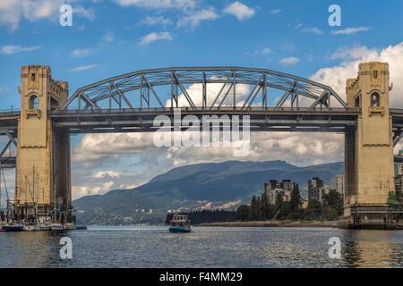 Blick auf Burrard Bridge oder aka Burrard Street Bridge von False Creek, Vancouver, Britisch-Kolumbien, Kanada. - Stockfoto