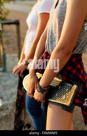 Mittelteil der Teenager Freunde mit Skateboards im Skatepark - Stockfoto