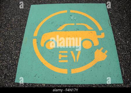 Bürgersteig Schild nur Elektrofahrzeuge können in diesem Raum abstellen. - Stockfoto
