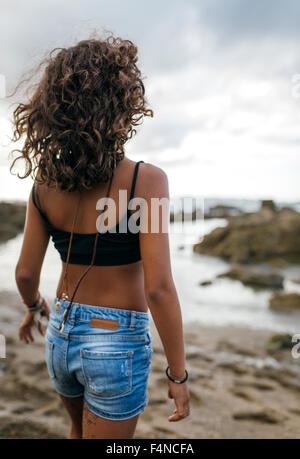 Spanien, Gijon, Rückansicht von kleinen Mädchen am Strand - Stockfoto