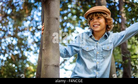 Porträt von blonder Junge mit Mütze - Stockfoto
