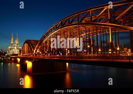 Hohenzollernbrücke und Kölner Dom in der Abenddämmerung in Köln. - Stockfoto