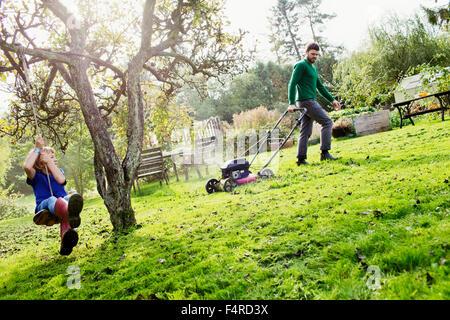 Schweden, Skane, Osterlen, Borrby, Vater und Sohn (4-5) im heimischen Garten - Stockfoto