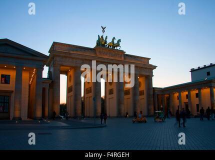 Berlin, Deutschland, Europa, Brandenburger Tor, Quadriga, Wahrzeichen, Skulptur, Victoria, Pferd Auto, Abend, Nacht, - Stockfoto