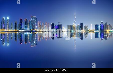 Nachtansicht des Burj Khalifa und Creek in new Business Bay Viertel von Dubai Vereinigte Arabische Emirate - Stockfoto