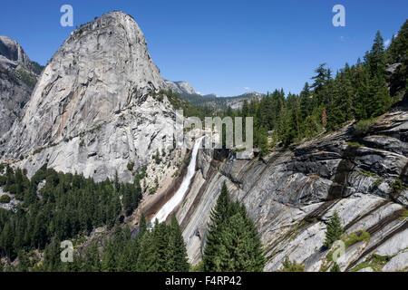Ansicht von John Muir Trail zu Nevada fallen und Liberty Cap, Yosemite National Park, USA - Stockfoto
