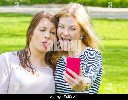 Mädchen nehmen eine lustige Selfie und Zunge heraus - Stockfoto