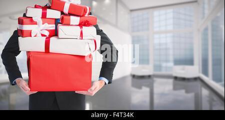 Zusammengesetztes Bild der Geschäftsmann hält so etwas mit seinen Händen - Stockfoto