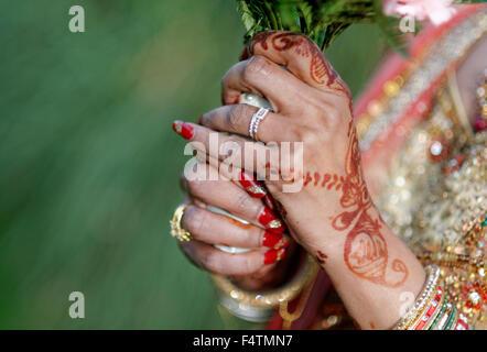 Indische Braut halten Blumen - Stockfoto