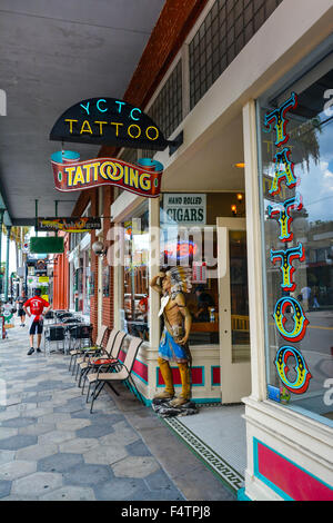 Die Ybor CIty Tattoo Company Storefront in Ybor City, FL, einem Viertel von Tampa - Stockfoto