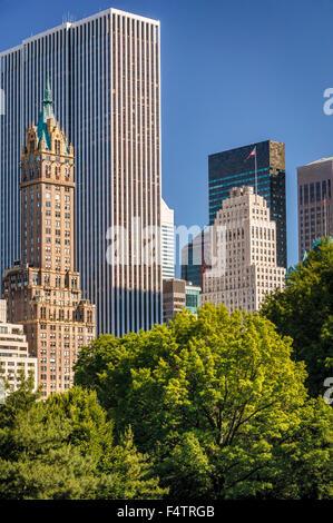 Sommer Blick auf Midtown Manhattan Wolkenkratzer und South East Central Park, New York City