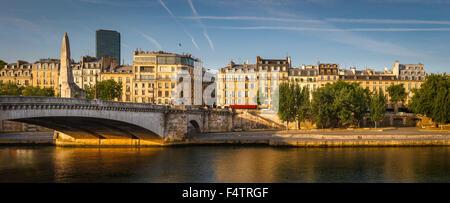 Seineufer links Bank mit der Tournelle Brücke (Pont De La Tournelle) und seine Statue von Sainte-Geneviève. Paris, - Stockfoto