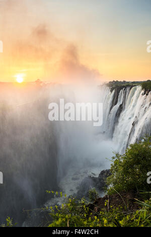 LIVINGSTONE, Sambia, Afrika - Victoria Falls (Mosi-Oa-Tunya) Welten größte Wasserfall, auf dem Zambezi River - Stockfoto