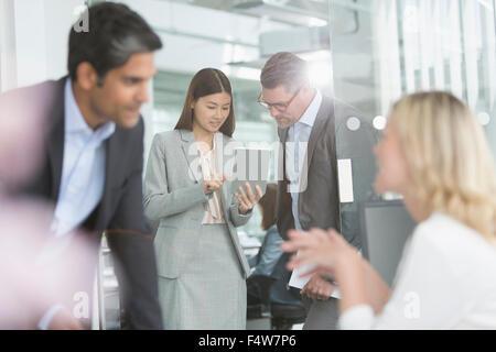 Geschäftsleute, die gemeinsame Nutzung digitales Tablet im Konferenzraum - Stockfoto
