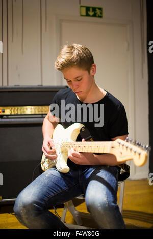Schweden, Ostergotland, Mjolby, junge Mann Gitarre spielen - Stockfoto