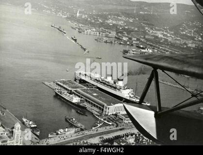 Ein Wasserflugzeug fliegt über einen port - Stockfoto