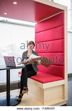 Finnland, Nyland, Helsinki, Frau mit Laptop im Café im Bürogebäude - Stockfoto