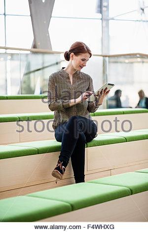 Finnland, Nyland, Helsinki, Frau mit digital-Tablette im Bürogebäude - Stockfoto