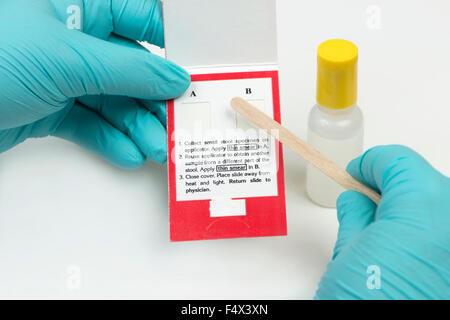 Der Arzt Blut in einer Spritze sammelt, Krankenschwester ...
