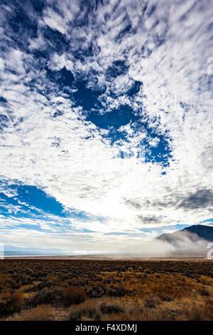 Morgennebel über Bridgeport Reservoir in der östlichen Sierra Nevada von Kalifornien - Stockfoto
