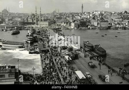 Verkehr auf der Galata-Brücke, Istanbul, Türkei - Stockfoto