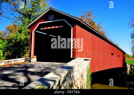 Obere Leacock Township, Pennsylvnia: 1867 einzelnen Span. Burr Truss Pinetown überdachte Brücke über den Fluss Conestoga - Stockfoto