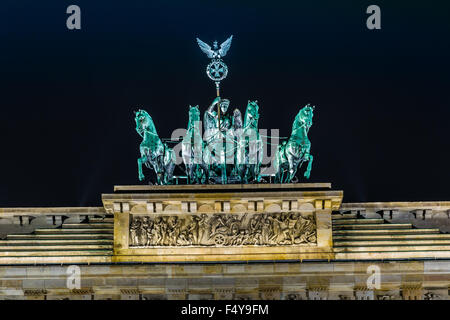 Brandenburger Tor, Berlin, Deutschland in der Nacht. Road-Seitenansicht - Stockfoto