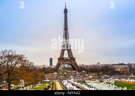 PARIS - NOVEMBER 15: Eiffelturm vom Trocadero am 15. November 2012 in Paris. Das höchste Bauwerk in Paris und die - Stockfoto