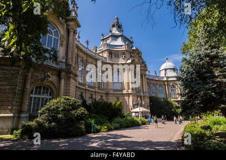 BUDAPEST - 22 Juli: Teil der Burg Vajdahunyad Burg in Budapest, Ungarn. Heute beherbergt es das landwirtschaftliche - Stockfoto