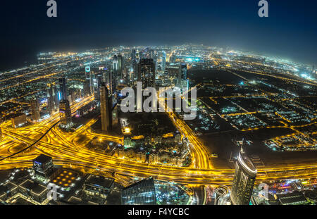 DUBAI, Vereinigte Arabische Emirate - 13 NOVEMBER: Luftaufnahme des Downtown Dubai mit Mann gemacht, See und Wolkenkratzer - Stockfoto