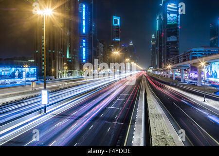 DUBAI, Vereinigte Arabische Emirate - Januar 10: Ansicht der Sheikh Zayed Road-Wolkenkratzer in Dubai, Vereinigte - Stockfoto