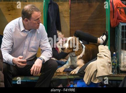 Crufts Dog Show im NEC, Birmingham - Konkurrenten im Zwinger UK entspannen - Stockfoto