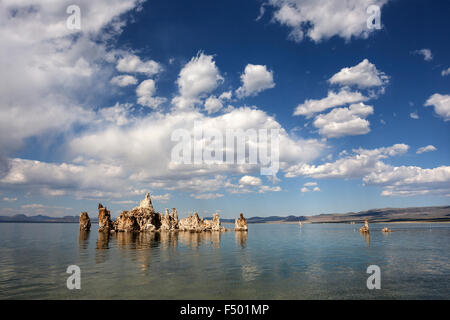 Tuff-Rock-Formation, Wolken, Mono Lake, Mono Lake Tufa State Natural Reserve, California, USA - Stockfoto