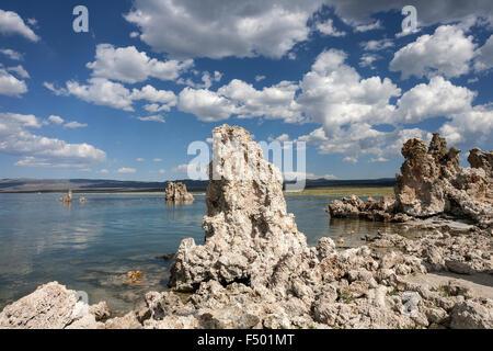 Tuff-Rock-Formation, Wolken, Mono Lake, Mono Lake Tufa State Natural Reserve, California, USA - Stockfoto