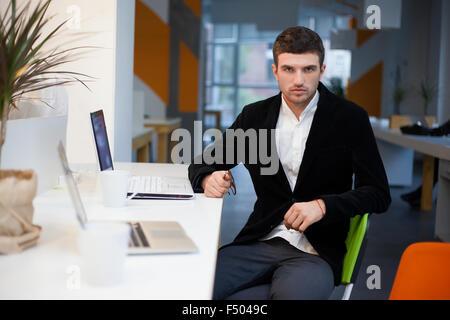 Mitarbeiter am Arbeitsplatz posiert - Stockfoto